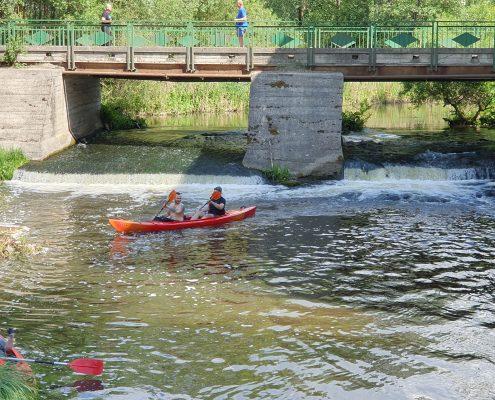 plaukimas su baidarėmis upe